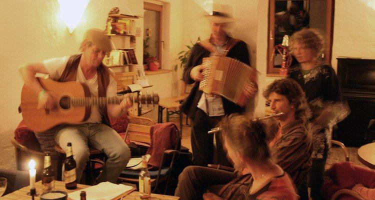 Học tiếng Đức qua 20 bài hát tiếng Đức cực dễ nghe