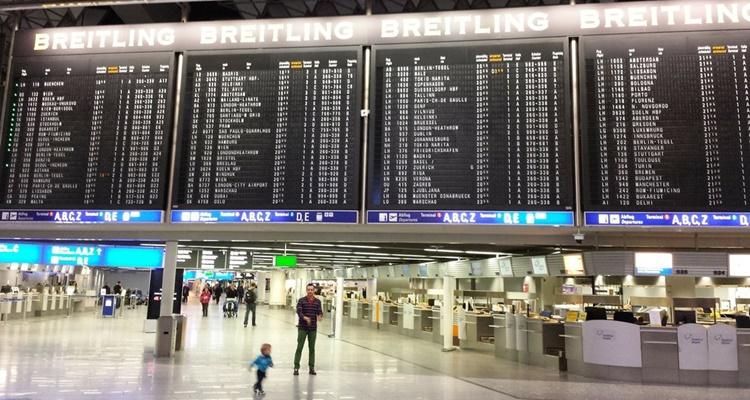 những bảng điện tử chứa đầy thông tin các chuyến bay cất/ hạ cánh